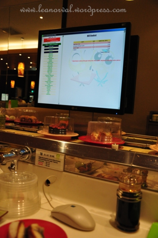 if the food u want isnt on the belt ur order is just a click away. notice the mouse and the monitor?! they have that at every table. cangging!! (from the word canggih :p another corrupted word by me :p)