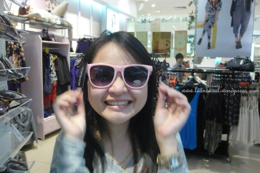 tried on a 80s style pink sunnies in Topshop before the promoter came and reminded her photo taking was not allowed T_T