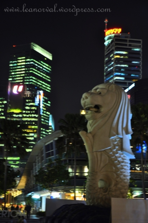 the merlion! notice what's missing here? yes. the water coming out from it's mouth :-( so coincidentally they were having some facelift to it by repainting its base. what an unfortunate event for me T_T why must i went at the wrong time??!