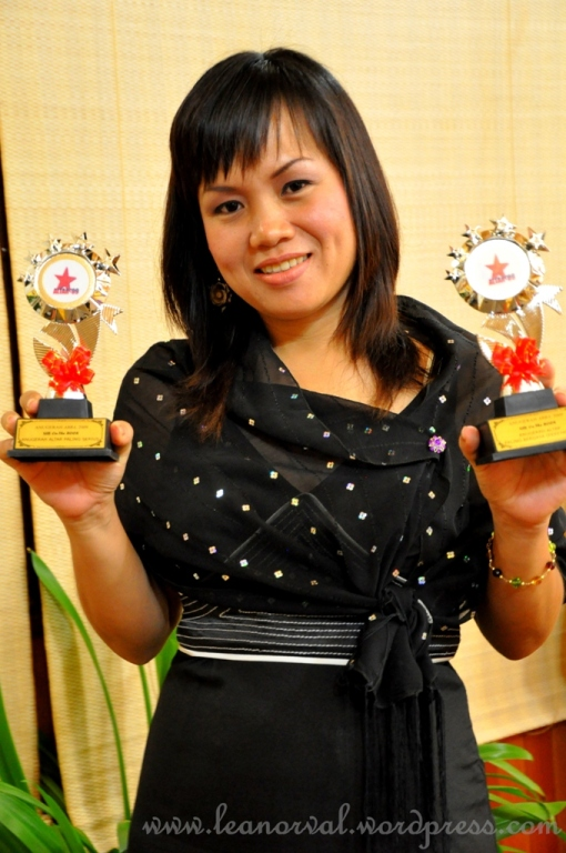 proud winner of The Most Stylish Female Altar Award 2009 and the Most Serious Altar Award 2009 siapa lagi kalau bukan Sis. Dora?!