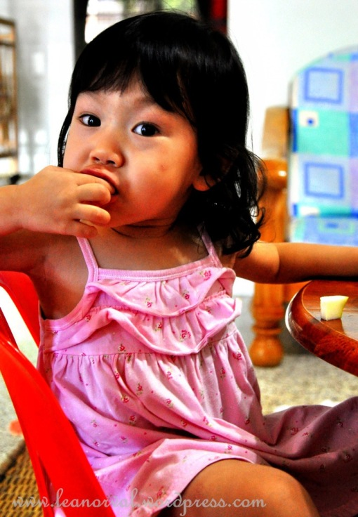 Arielle, eating her sliced apples. so cute! sempat berposing!!