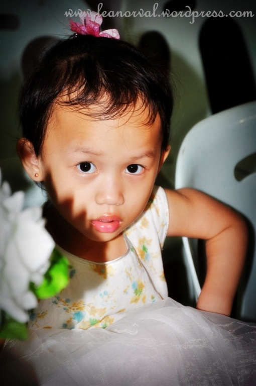 Jewel Kajau, our Pr.'s youngest daughter during a wedding. well, u know what's Jewel means but do you know wat's Kajau means? kajau = pretty in Kayan. so Kajau is kajau, kan? :-)