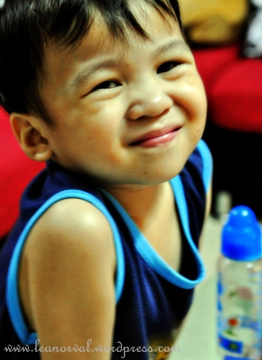 yang yang strikes his signature smile... :-)